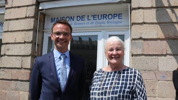 Arnaud Magnier et Jeanne-Françoise Hutin devant la Maison de l'Europe de Rennes. OUEST FRANCE